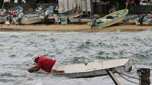 رجل في قارب