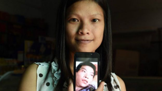 一名越南女子展示手机中的中国丈夫照片