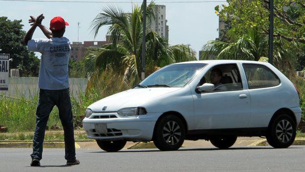 Ciudadano ayuda con el tránsito