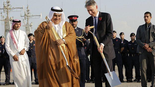 وزير الخارجية البحريني والبريطاني اثناء تدشين القاعدة