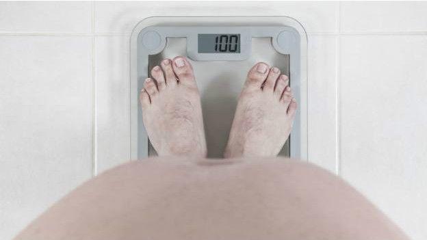 Una persona pesándose
