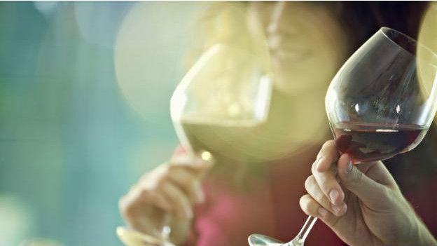 Personas tomando vino