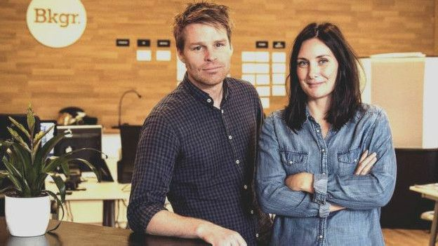 Jimmy Nilson y su subordinada Erika Hellstrom. En su empresa llevan experimentado jornadas de seis horas desde septiembre.