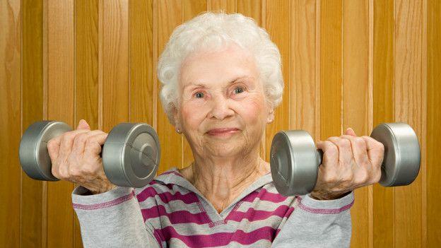 Una anciana haciendo ejercicio