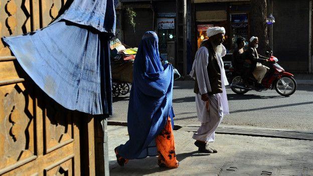 Peatones en Herat, Afganistán
