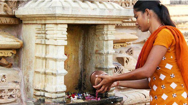 Местные женщины приходят в храм просто помолиться