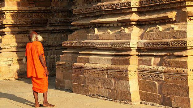 Редкий посетитель не восхитится причудливыми скульптурами и резьбой по камню