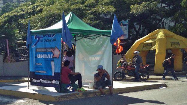 Caseta del MIN-Unidad en Caracas, junto a una del partido opositor Primero Justicia.