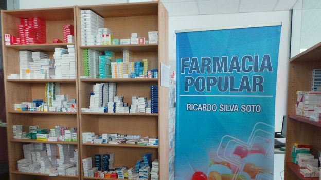 Las tres cadenas privadas en Chile controlan el 90% de la venta de fármacos.