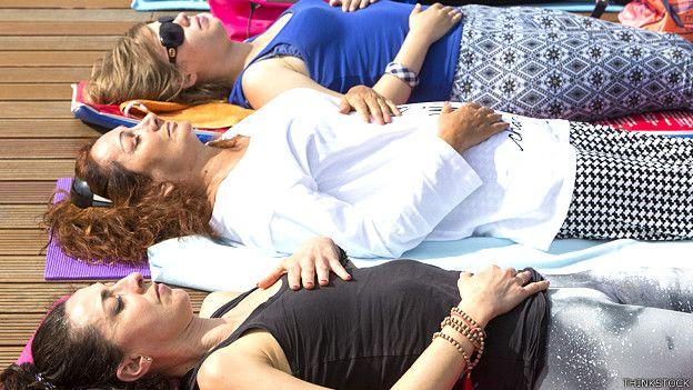Mujeres practicando ejercicios de respiración