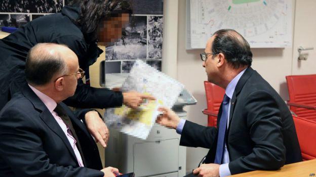 Tổng thống Francois Hollande và Bộ trưởng Nội vụ Bernard Cazeneuve