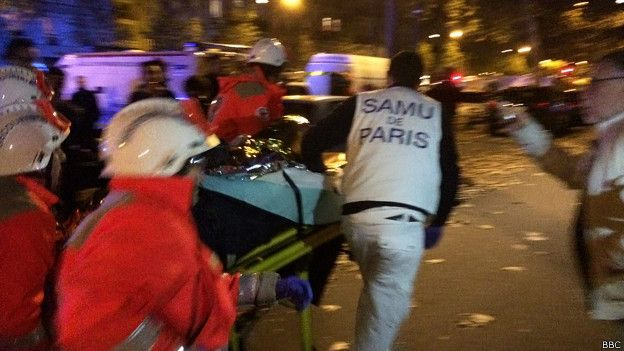 Медики увозят раненого