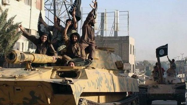 Боевики ИГ на захваченном танке