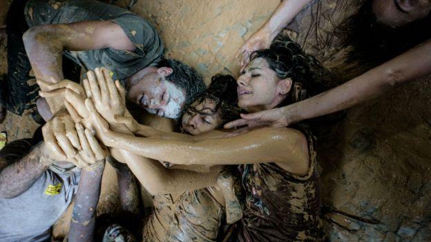 Manifestantes protestan frente a la sede de la empresa minera Vale, en Río de Janeiro, por la ruptura de un dique minero que causó muertes y daños ambientales.