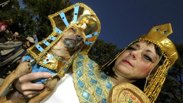 Una persona y un perro disfrazados al estilo del antiguo Egipto