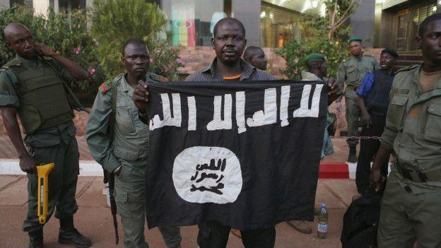 Fuerzas de seguridad con bandera