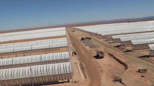 """شبكة الأخبار الأمريكية: المغرب في طريقه ليصبح """"قوة عظمى في قطاع الطاقة الشمسية"""" 151123114834_rows_of_curved_mirrors_capture_solar_energy_640x360_bbc_nocredit"""