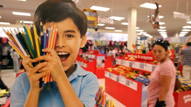 Un niño con un puñado de lápices