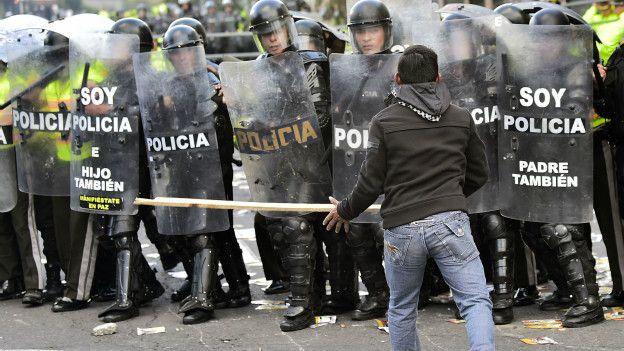 Протестущий и полиция