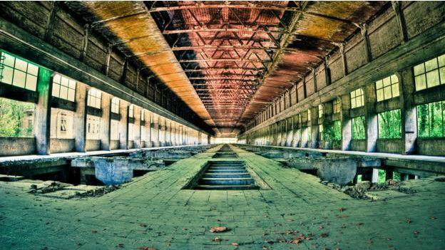 Un pasillo de un edificio abandonado