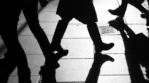 Unas personas caminando por la calle