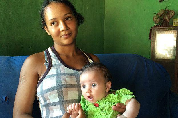 Ana Paula dos Santos e sua filha Jamile | Foto: Camilla Costa/BBC Brasil