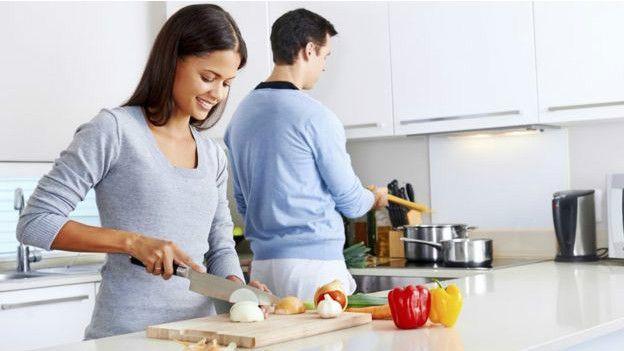 Un hombre y una mujer cocinando.