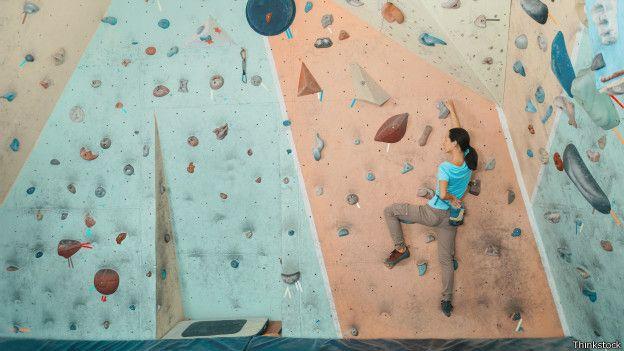 Una persona subiendo una pared de escalada