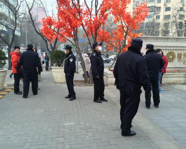 北京第二中级法院外警员戒备(BBC图片22/12/2015)