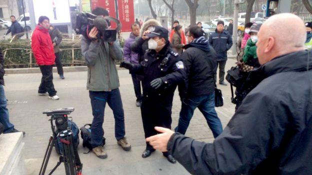 北京第二中级法院外警员试图阻止BBC采访队摄像(BBC图片22/12/2015)