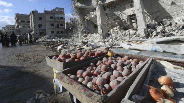 伊德利卜省埃里哈市镇被空袭后的市场
