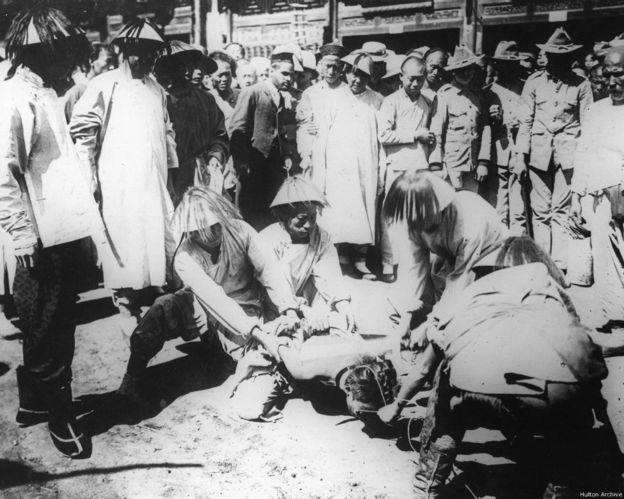 辛亥革命末期满清政府在街头抓获革命党人(1912年)