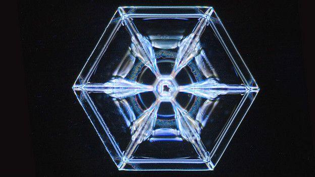 Молекулы воды выстраиваются внутри ледяных кристаллов в затейливые узоры
