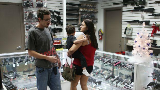 一对美国夫妇在佛罗里达州一家枪械店选购枪支