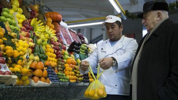 Турецкие фрукты на рынке в Москве
