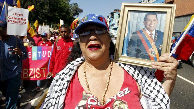 Partidarios del chavismo manifiestan cerca de la Asamblea Nacional de Venezuela.