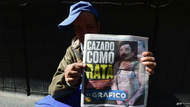 Un vendedor de periódicos muestra la portada de un diario con la noticia sobre la recaptura de El Chapo Guzmán