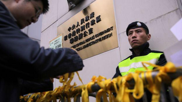 香港民主派示威者在香港中联办门外别上黄丝带声援铜锣湾书店失踪股东店员(10/1/2016)
