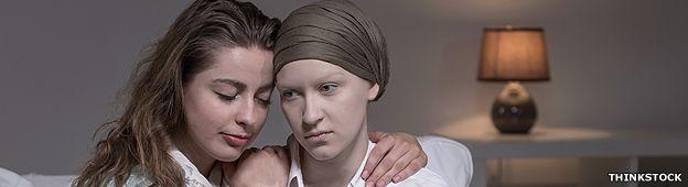 Chica apoyando a su amiga con cáncer