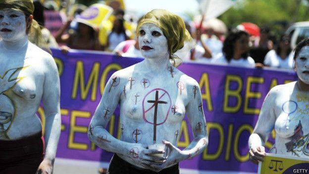 Una protesta contra las duras leyes antiaborto en El Salvador.