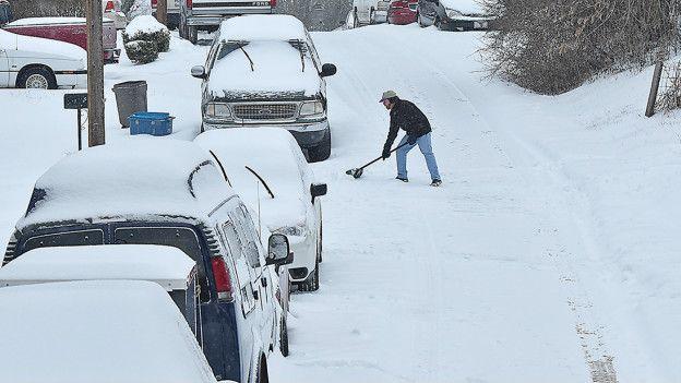 Un hombre limpia la nieve en Virginia Occidental