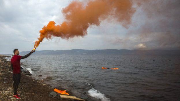 Un joven con humo anaranjado