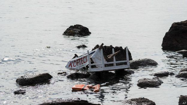 Un bote estrellado contra las rocas.