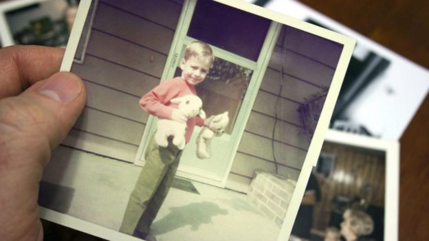 Una persona que mira fotos viejas