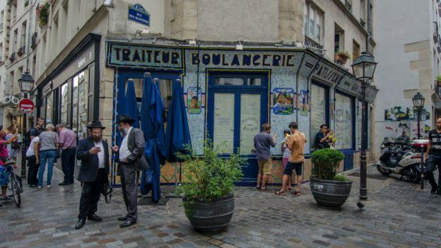 """Napeoléon III y Haussmann tenían la vista puesta en áreas como Le Marais (también conocido en español como """"La Marisma""""), un revolú de calles y casas que ahora atrae a millones de turistas."""