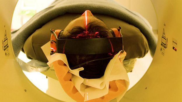 Una persona en una máquina de resonancia magnética