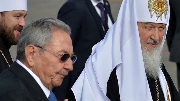 El presidente de Cuba, Raúl Castro, y el patriarca Kirill