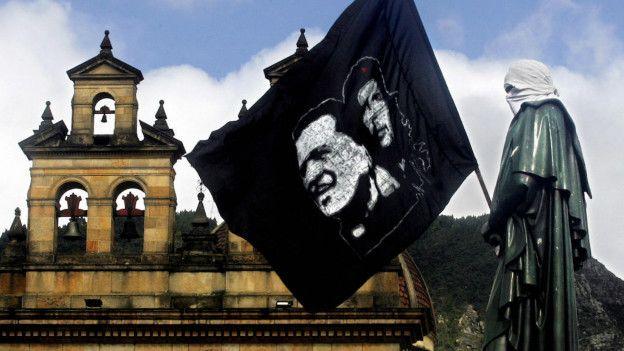 Bandera con imágenes de Camilo Torres y del Che Guevera