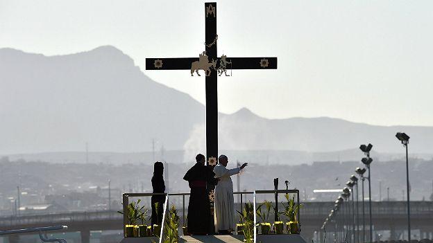 Francisco reza en la frontera entre México y Estados Unidos