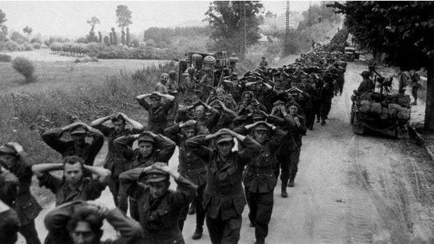 1945: soldados alemanes se rinden en Francia. Ahora, los líderes batallan en salones.